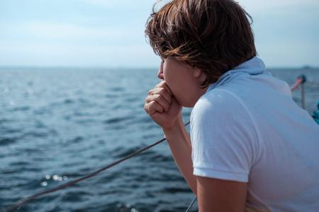 Jonge vrouw lijdt aan zeeziekte tijdens vakantie op boot Stockfoto - 84431479