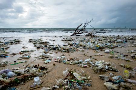 Basura en la playa, contaminación ambiental en Bali, Indonesia. Hay gotas de agua en la lente de la cámara. Vista espectacular Foto de archivo