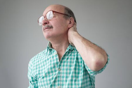 Caucasian mature man suffering from neck pain. Stockfoto - 134604463