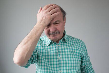 Thinking caucasian senior man holding hands on head. Stockfoto - 134604558