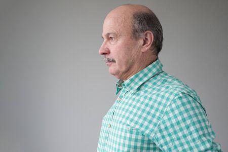 Senior mature hispanic man, looking aside with ni emotions on face. Stockfoto - 134604554