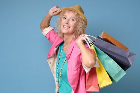 Caucasian beautiful mature woman posing with shopping bags Stockfoto