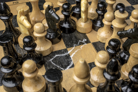 witnesses: Chess King killed on the chessboard, the witnesses look at the circled using a chalk outline of a corpse