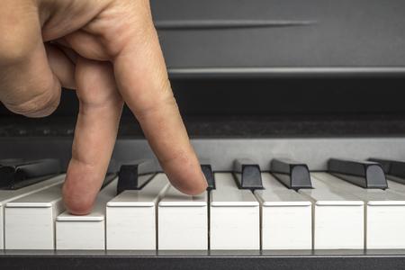 teclado: dedos, haga clic en las teclas del piano como si las piernas están caminando Foto de archivo