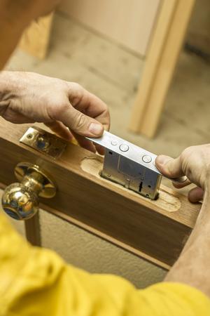 Zimmermann stellt im alten ein Holztürschloss fest. Standard-Bild - 70470297