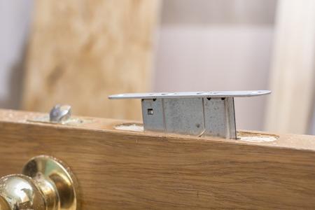 ほぞ穴ロック、挿入途中で古い木製のドア。