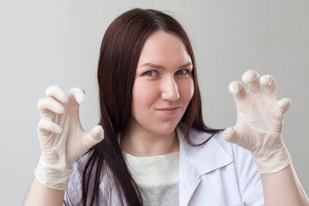 Femme infirmière en gants latex assomme patient
