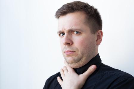 Hombre joven con una papada en negro camiseta. Problemas con la nutrición apropiada Foto de archivo - 75784679