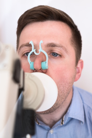 Young man testing breathing function by spirometry Zdjęcie Seryjne - 79726488