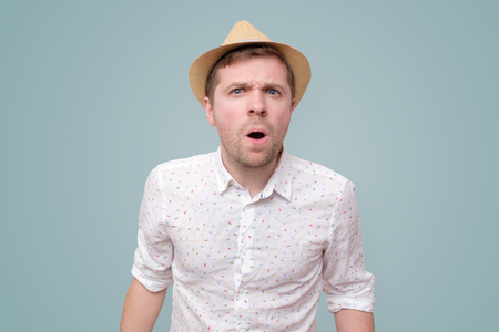 Young surprised man standing with open mouth. Stockfoto