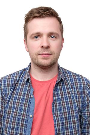 ID-foto van een man in een geruit overhemd en een roze t-shirt Stockfoto
