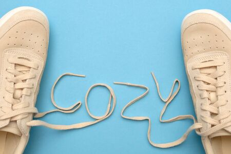 New women sneakers with laces in cozy text.