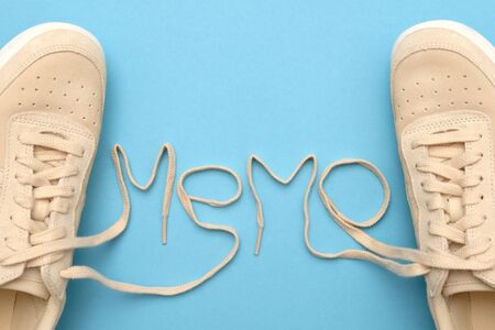 New women sneakers with laces in memo text.