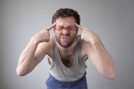 Let me think. Strange young man trying to remember thing or word that he has at the tip of his tongue. Stockfoto