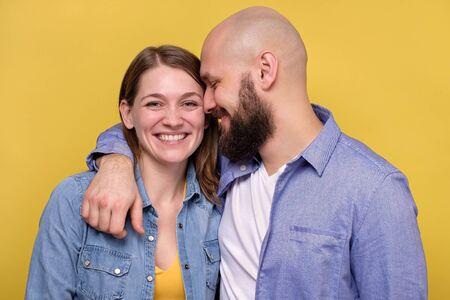 Beau jeune couple caucasien souriant heureux étreignant. Banque d'images