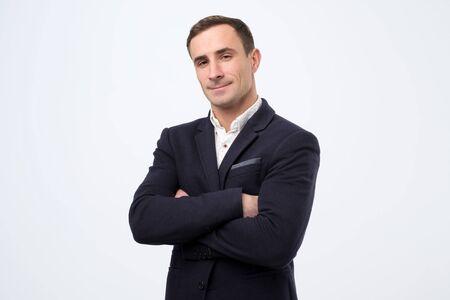 Uomo maturo italiano sicuro con le mani giunte che guarda l'obbiettivo.