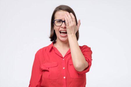 Donna con gli occhiali che controlla l'esame della vista. Ho bisogno di nuovi occhiali. Archivio Fotografico