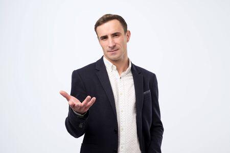 Hombre de negocios hablando durante la presentación y usando gestos con las manos tratando de condenar a su pareja Foto de archivo