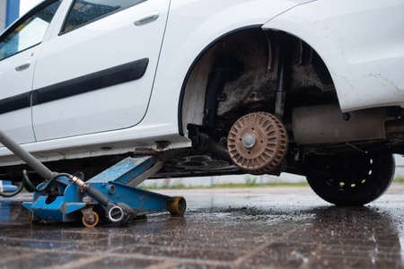 Repair of a wheel punched on the road. 免版税图像