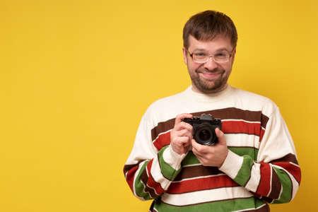 caucasian young man holding photocamera taking photo study to make photos. Zdjęcie Seryjne - 157798523