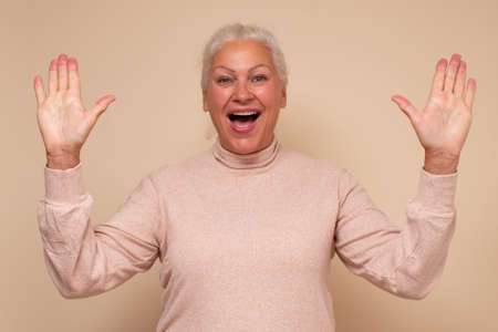 Senior caucasian woman is happy and shows ten fingers Zdjęcie Seryjne - 157908127