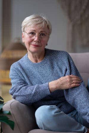 Senior caucasian woman relaxing at home sitting on sofa. Zdjęcie Seryjne - 157897432