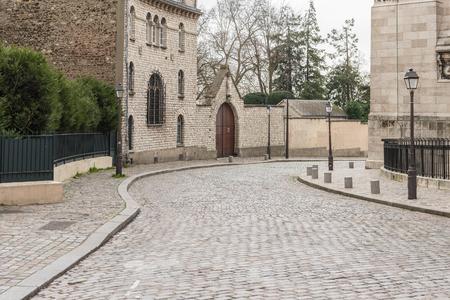 오래된 유럽 거리와 나무의 전형적인 코너 에디토리얼