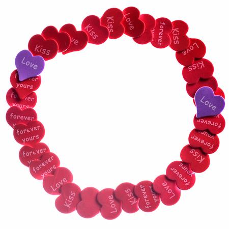 단어 사랑 키스와 함께 흰색 바탕에 빨간 하트 색종이