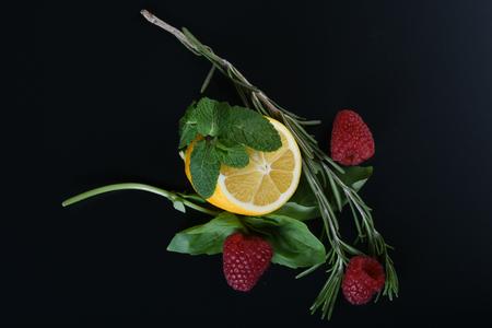 어두운 배경에 신선한 과일과 허브의 정을 닫습니다 스톡 콘텐츠