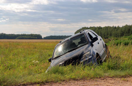 Adventures.Car in a ditch, off-road. front view. Stockfoto