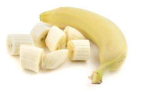 picada: Banana en rodajas aislado en blanco Foto de archivo