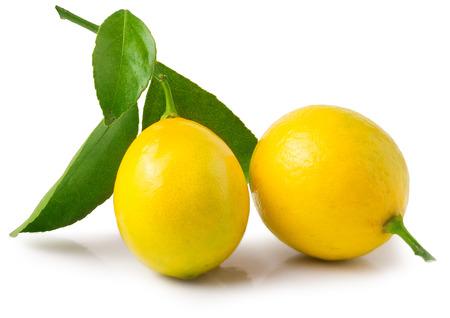 verse citroenen met groene bladeren op een witte achtergrond.