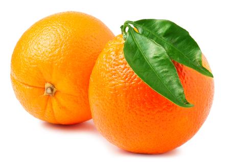 twee sinaasappelen die op een witte achtergrond.