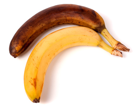 rotte gele banaan op een witte achtergrond.