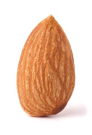 Een amandel noten op een witte achtergrond close-up macro.