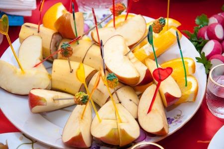 brochetas de frutas: Variedad de rodajas de fruta en los pinchos en un plato. Foto de archivo