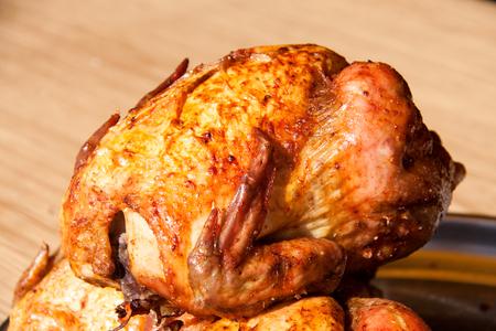 pollo rostizado: Pollo a la parrilla en el mercado de venta libre como fondo.