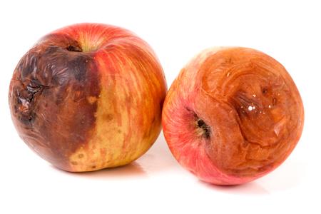 白い背景に分離された 2 つの腐ったリンゴ。