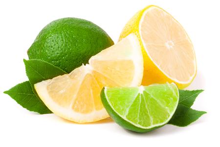 limoen en citroen met bladeren op een witte achtergrond.