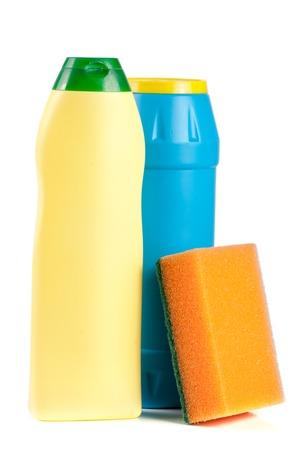 lavar platos: detergente para lavavajillas con la esponja aislada en el fondo blanco