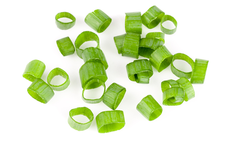 Gesneden verse groene uien geïsoleerd op een witte achtergrond. Bovenaanzicht