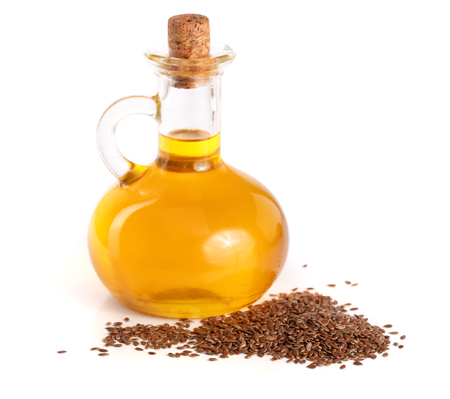 Leinöl mit Leinsamen isoliert auf weißem Hintergrund