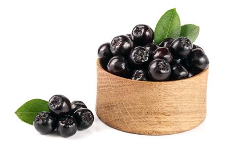 チョークベリー椀は、白い背景で隔離の葉。黒アロニア果実