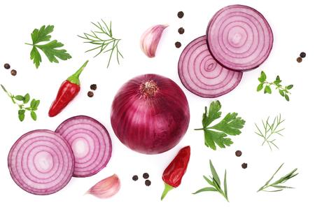 Cebolla, ajo, pimiento picante y especias aisladas sobre fondo blanco. Vista superior Foto de archivo - 87177262