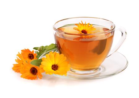 白い背景に分離された新鮮な花でカレンデュラ茶