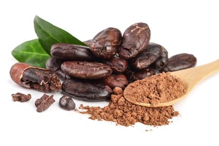 gepelde cacaoboon met blad en cacaopoeder in houten die lepel op witte achtergrond wordt geïsoleerd Stockfoto