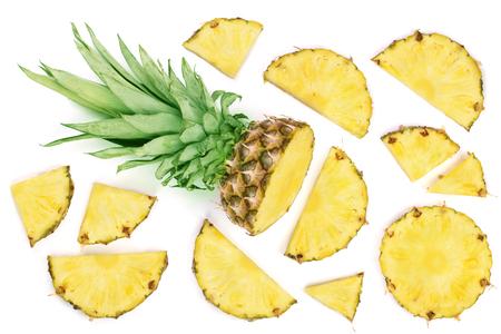 Gesneden ananas die op witte achtergrond wordt geïsoleerd. Bovenaanzicht. Plat lay-patroon