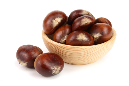 chestnut in a wooden bowl isolated on white background. Top view Stockfoto