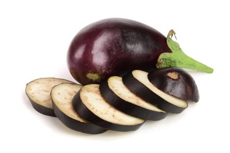 スライスしたナスや白い背景で隔離茄子野菜 写真素材