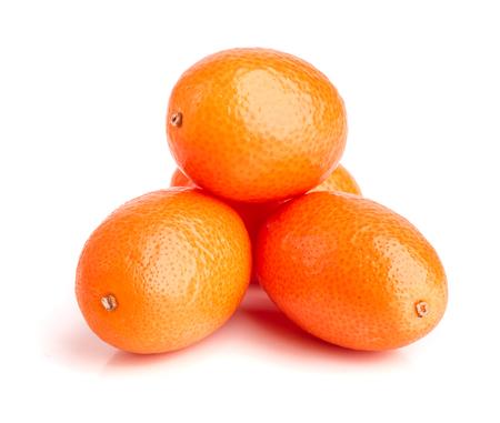 Cumquat of kumquat op witte dichte omhooggaand wordt geïsoleerd die als achtergrond.
